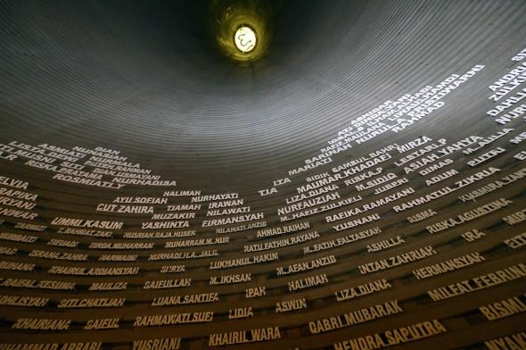 Namen von Opfern des Tsunami 2004 im Museum Tsunami Aceh, Indonesien; Foto: Florian Kopp/Misereor