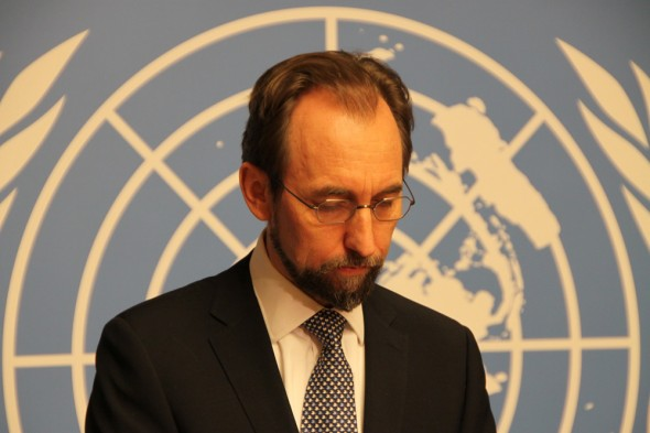 Der UN-Hochkommissar für Menschenrechte, Zeid al-Hussein, bei einer Schweigeminute am 9.1.15 im Genfer Palais des Nations