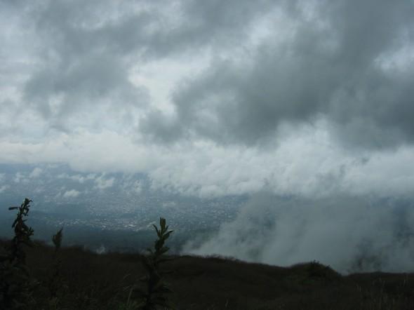 Blick vom Mount Cameroun ins Tal auf Buea