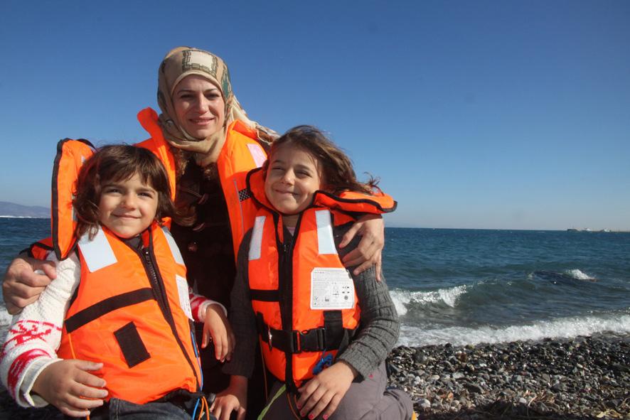 Die Syrerin Ameena Abdul Rahman (38) mit ihren Töchtern Rind (4) und Remas (8, r.) am Strand von Kos in den Schwimmwesten die sie bei der Überfahrt aus Türkei trugen. Ameena Abdul Rahman hat einen Prolog zum Buch geschrieben (Foto: Philipp Hedemann).
