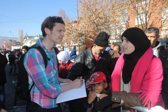 Weltreporter Philipp Hedemann, einer von 26 Autoren der «Flüchtlingsrevolution», spricht mit Flüchtlingen an der mazedonisch-serbischen Grenze im Herbst 2015.