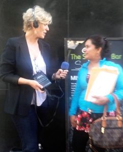 Kerstin Zilm und Lidia Nunez vor dem Gerichtsgebäude