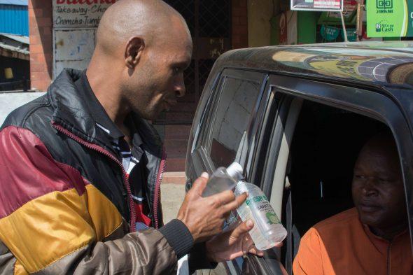 Ein Straßenhändler verkauft Desinfektionsmittel @ Bettina Rühl